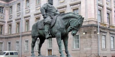 Памятник Александру III у Мраморного дворца
