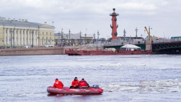 Нева, спасатели в лодке
