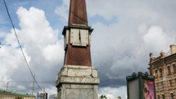 Сад Маршала Говорова, верстовой столб с солнечными часами