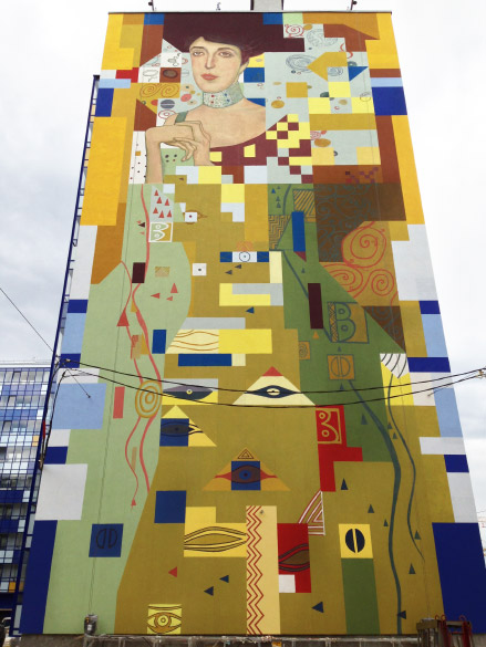 Жилой квартал «Вена», репродукция картины Густава Климта на стене