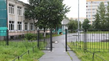 Ограда вокруг лицея № 387 на Зины Портновой