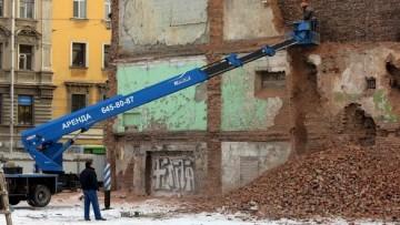 Снос стены у дома Рогова