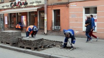Снимают плитку с тротуаров