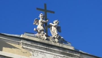 Скульптуры на католической церкви
