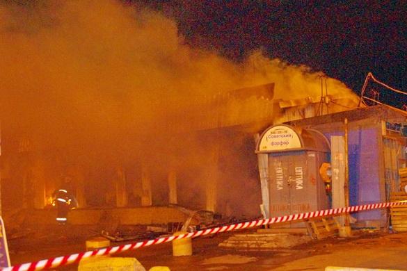 Тушат пожар на Северном рынке
