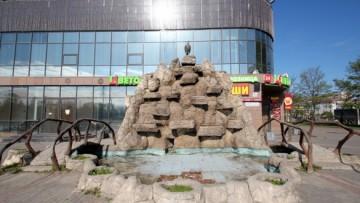 Фонтан у торгового центра Нева в Колпине