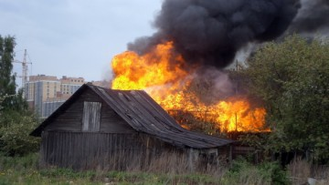 Горит дом в деревне Кудрово