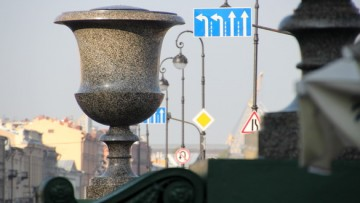 Порфировая ваза на Адмиралтейской набережной