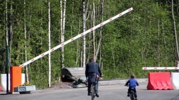 Шлагбаум при въезде в поселок Солнечное-2