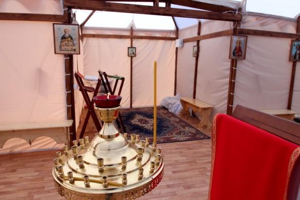 Свечи в церкви-палатке