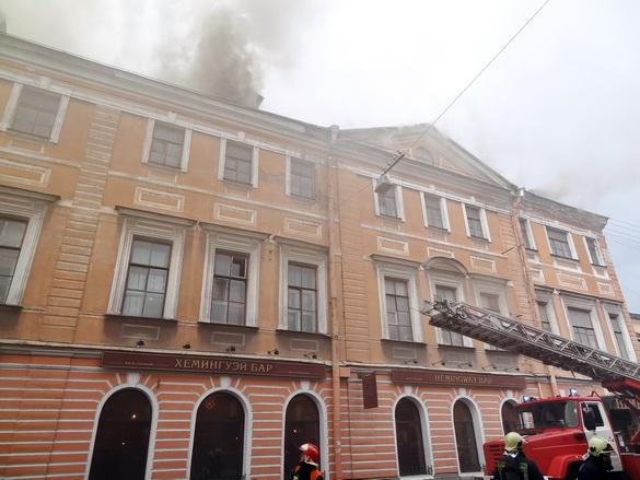 Тушат пожар на Ломоносова