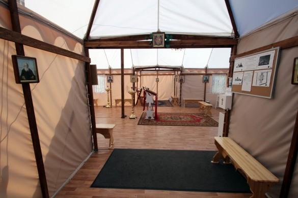 Вход в церковь-палатку