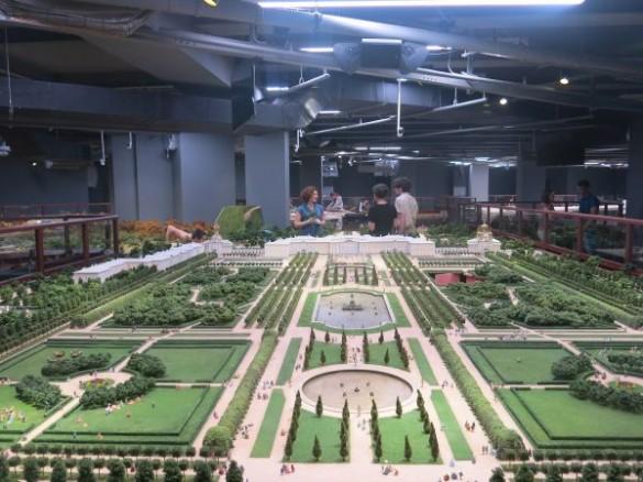Вид на дворец в Петергофе на макете
