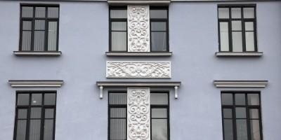 Рельефы на фасаде