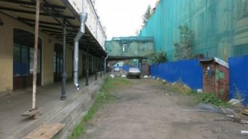 Огороженное здание на территории Апраксина двора