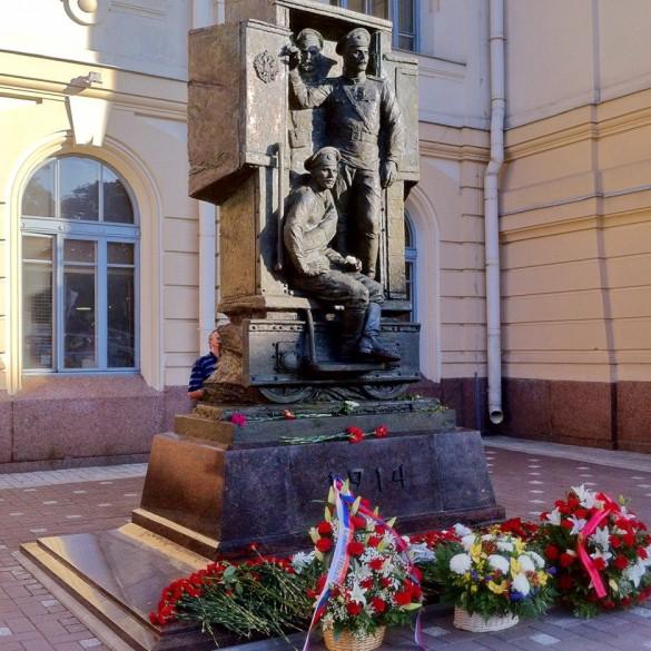 Памятник русской гвардии перед Витебским вокзалом
