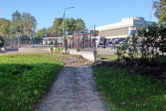 Дорожка упирается в ограду
