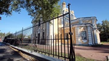 Ограда возле Свято-Троицкого храма в Красном Селе
