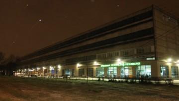 Главное здание завода «Реактив» на фоне ночного снега