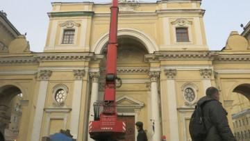 Демонтаж скульптур с костела на Невском