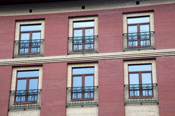 Зеленые решетки на окнах