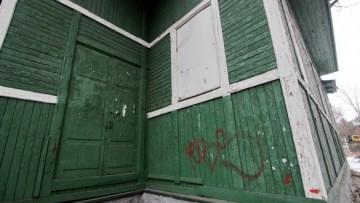 Дверь вокзала в Тарховке