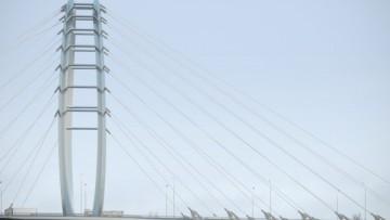 Местный эитель смотрит на новый мост