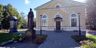 Пушкин, церковь Сергия Радонежского, памятник