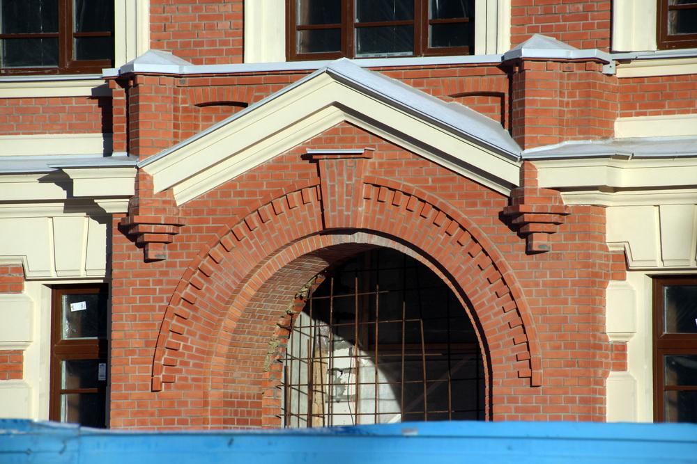 Воссозданный вход в училище в Рыбацком