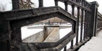 Ограда моста на улице Воскова