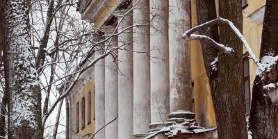 Портик и колонны на Захаржевской