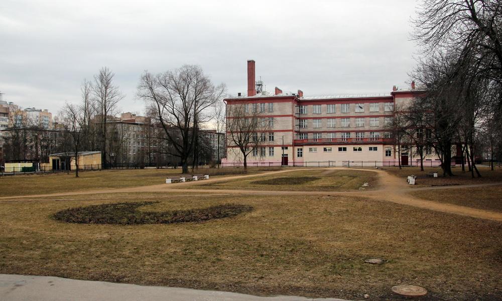 Сквер и школа на Санкт-Петербургском шоссе, 102а, в Стрельне