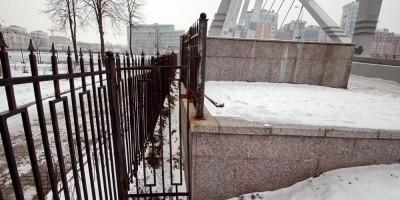 Калитка у Лазаревского моста