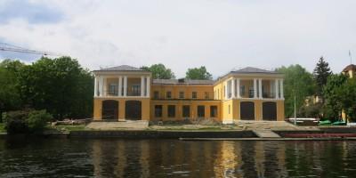Сталинское здание гребной базы «Стрела»