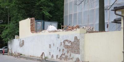 Разрушенная стена дацана