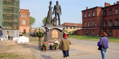 Памятник императору Николаю II и императрице Александре Федоровне
