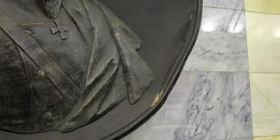 Поврежденный медальон Нахимова