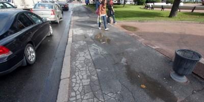 Разбитый тротуар на Исаакиевской площади