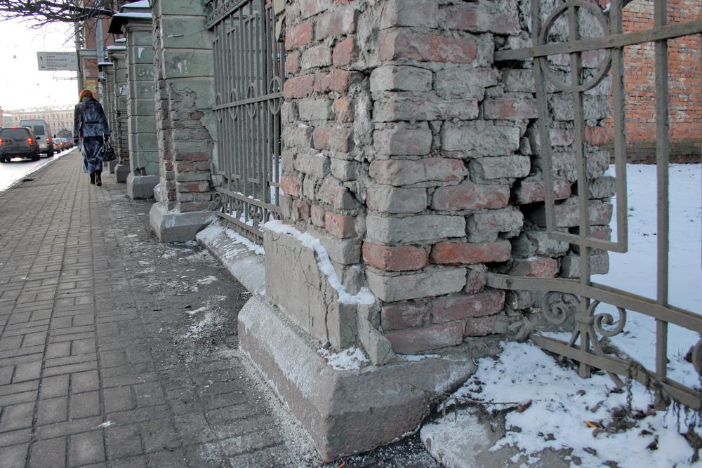 Ограда Обуховской больницы разрушенная