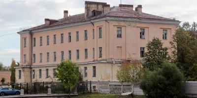 Пушкин, Военное инженерно-строительное училище, корпус у пруда
