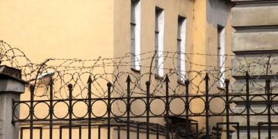 Технологический институт, колюча проволока на заборе