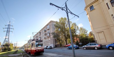 Улица Новостроек, трамвайные опоры