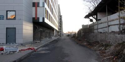 Военная улица вдоль паркингов