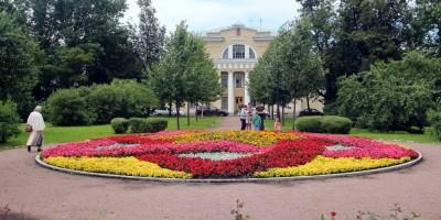 Клумба на Соборной площади в Пушкине