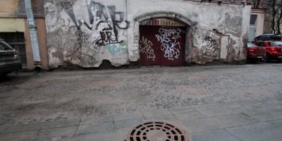 Улица Репина, люк