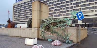 Упавший кораблик у гостиницы Санкт-Петербург