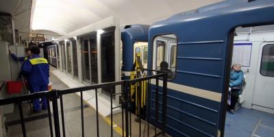 Станция метро Приморская, стеклянные двери
