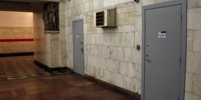 Станция метро Нарвская, двери