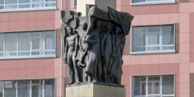 Памятник рабочим у ЖК Самоцветы