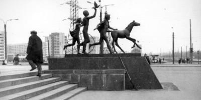 Дети с жеребенком, метро Пионерская